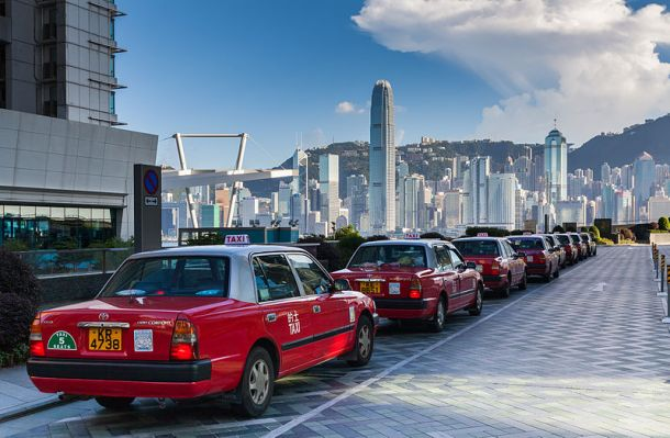 "Row of taxis at the International Commerce Centre, Kowloon, Hong Kong. ""Diego Delso, Wikimedia Commons, License CC-BY-SA 3.0"""