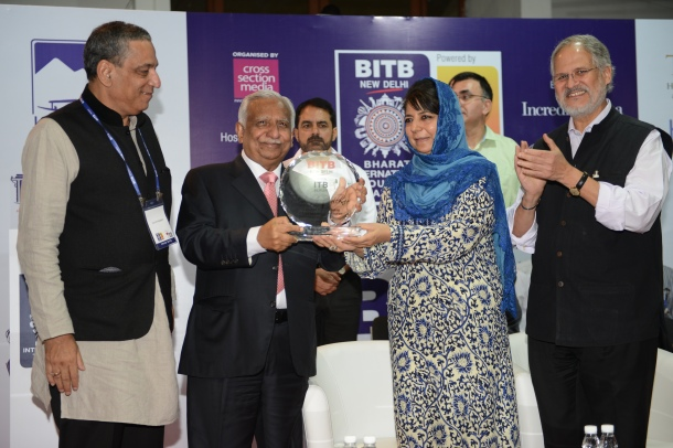 """Jet Airways' Chairman Mr. Naresh Goyal receives """"The Iconic Indian Award (Aviation)"""" from the Hon'ble Lt. Governor of Delhi, Mr. Najeeb Jung and Hon'ble Chief Minister of Jammu & Kashmir, Ms. Mehbooba Mufti Sayeed, in the presence of Mr. Naveen Berry, Executive Director, Cross Section Media, at a special ceremony during the launch of BITB/ ITB Berlin, in recognition of his contribution towards globally promoting Tourism to India across the Aviation sector."""