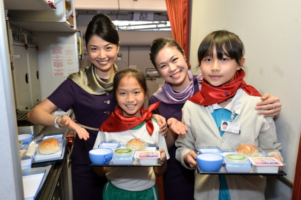 little-cabin-crew-experienced-the-meal-serving-services