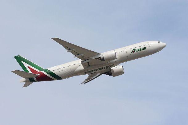 Por Masakatsu Ukon - Alitalia, Boeing 777-200ER EI-DBK NRT, CC BY-SA 2.0, https://commons.wikimedia.org/w/index.php?curid=48139264