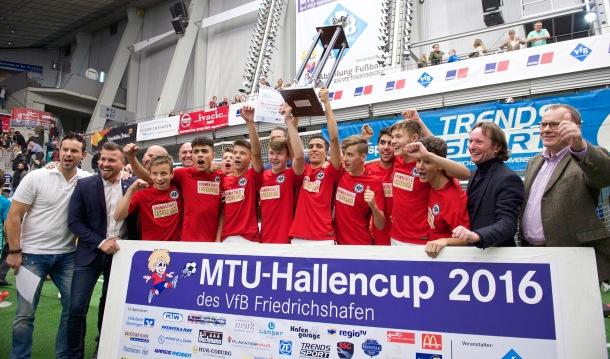 Rund 265 begabte Nachwuchs-Fußballspieler von 23 Vereinen aus elf Ländern nahmen am 14. MTU-Hallencup teil. In diesem Jahr hieß die Siegermannschaft des von MTU gesponserten Events Eintracht Frankfurt. Around 265 gifted young soccer players from 23 clubs in 11 countries took part in the 14th MTU Indoor Soccer Cup. The MTU-sponsored event was won this year by Eintracht Frankfurt.